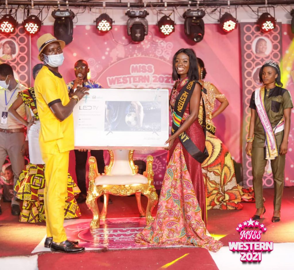 Lohtte receiving her 3rd Runner Up prize
